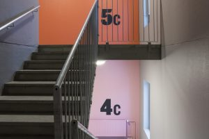 Värisävyt valittiin betonin omaan väriin sopiviksi. Tavoitteena oli saada aikaan kiehtovia värisiirtymiä kerroksesta toiseen. Kuva Mikko Auerniitty.